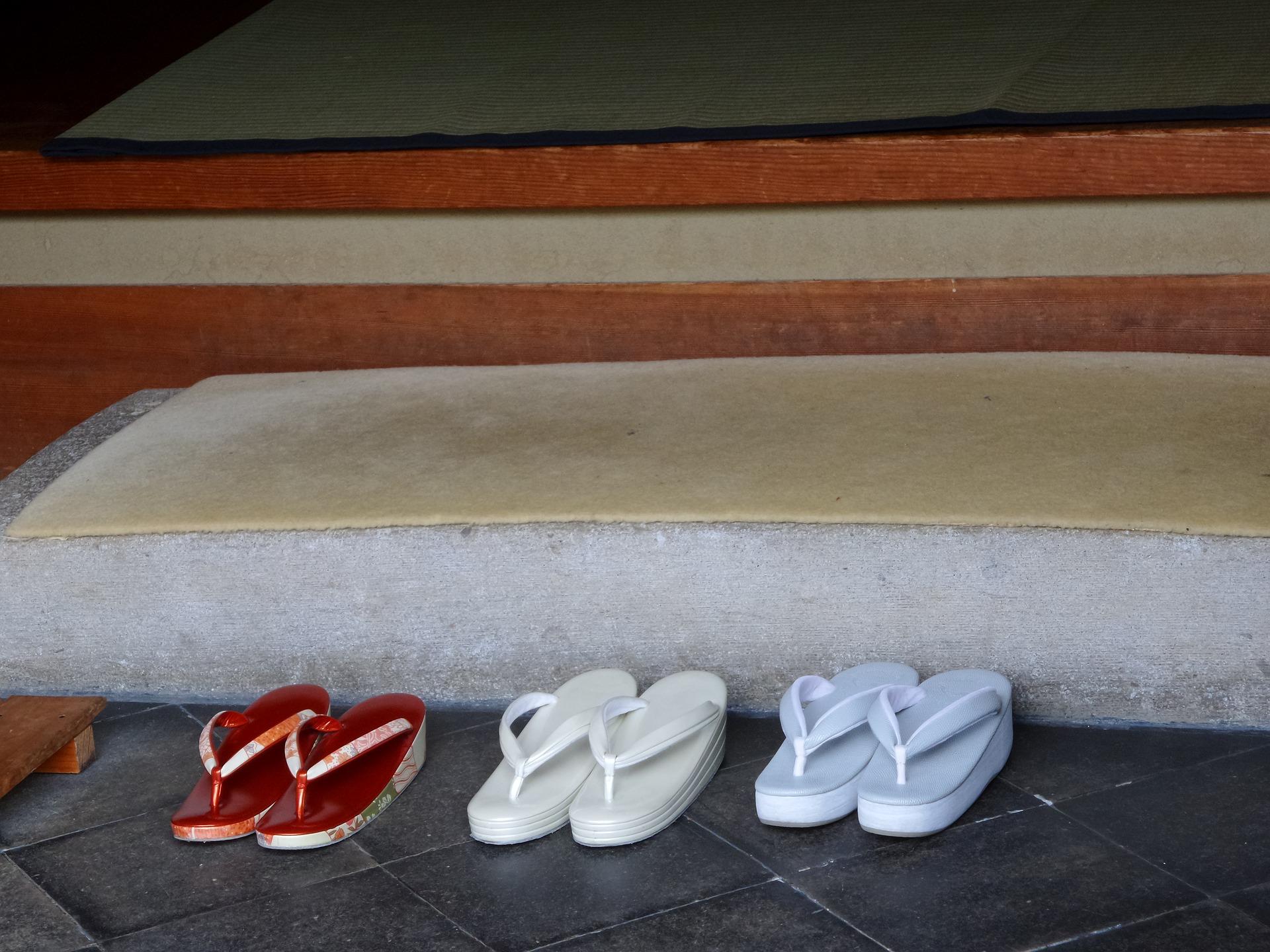 Intrare într-o casă japoneză, cu papucei tradiționali ©Pixabay